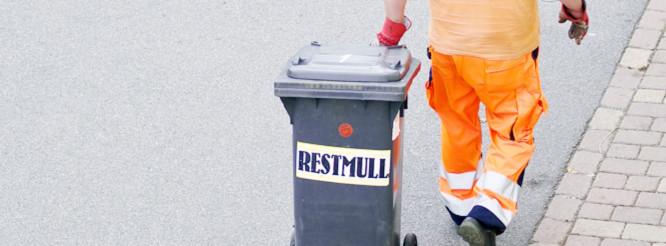Müllmann mit Restmülltonne