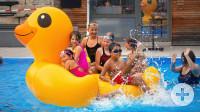 """Riesenspaß mit der Riesen-Gummi-Ente """"Schnatterich"""" beim Chill-Out-Sun-Downer-Event im Dettenhäuser Bädle. Bild:  Erich Sommer 16.07.2021"""