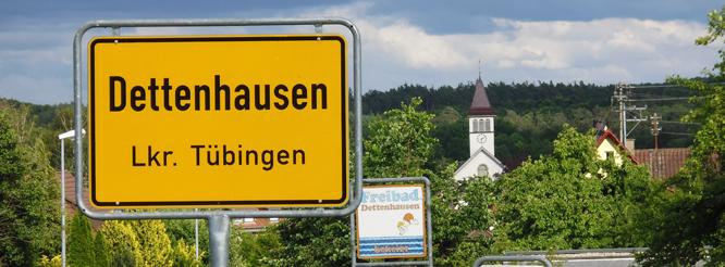Ortstafel und Kirche