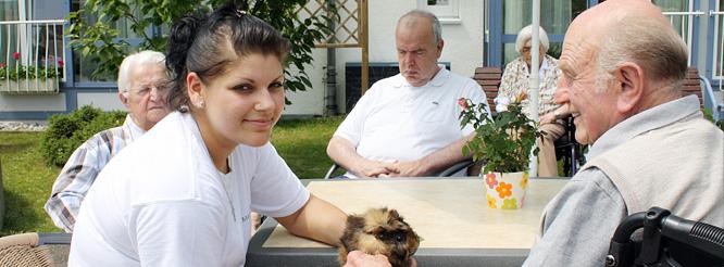 Senioren und Pflegerin am Altenzentrum